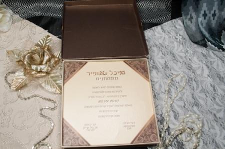 הזמנות לחתונה קופסאות b102-a פתוח חום עם פפיון חום