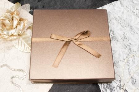 הזמנות לחתונה קופסאות b102-a סגור חום עם פפיון חום