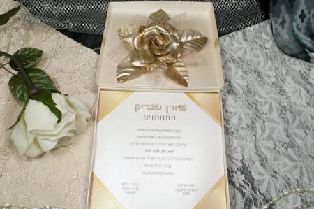 הזמנות לחתונה קופסאות b102-b פתוח שמנת עם פפיון זהב