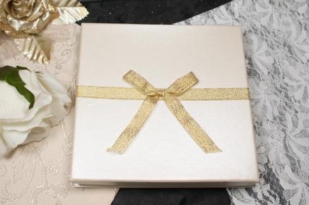 הזמנות לחתונה קופסאות b102-b סגור שמנת עם פפיון זהב