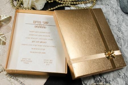 הזמנות לחתונה קופסאות b108-a זהב עם פפיון זהב פתוח