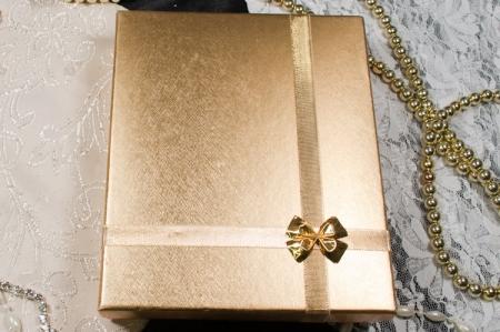 הזמנות לחתונה קופסאות b108-a זהב עם פפיון זהב סגור